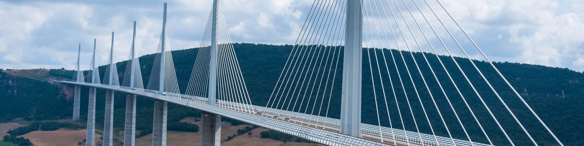 riviere sous le pont de millau