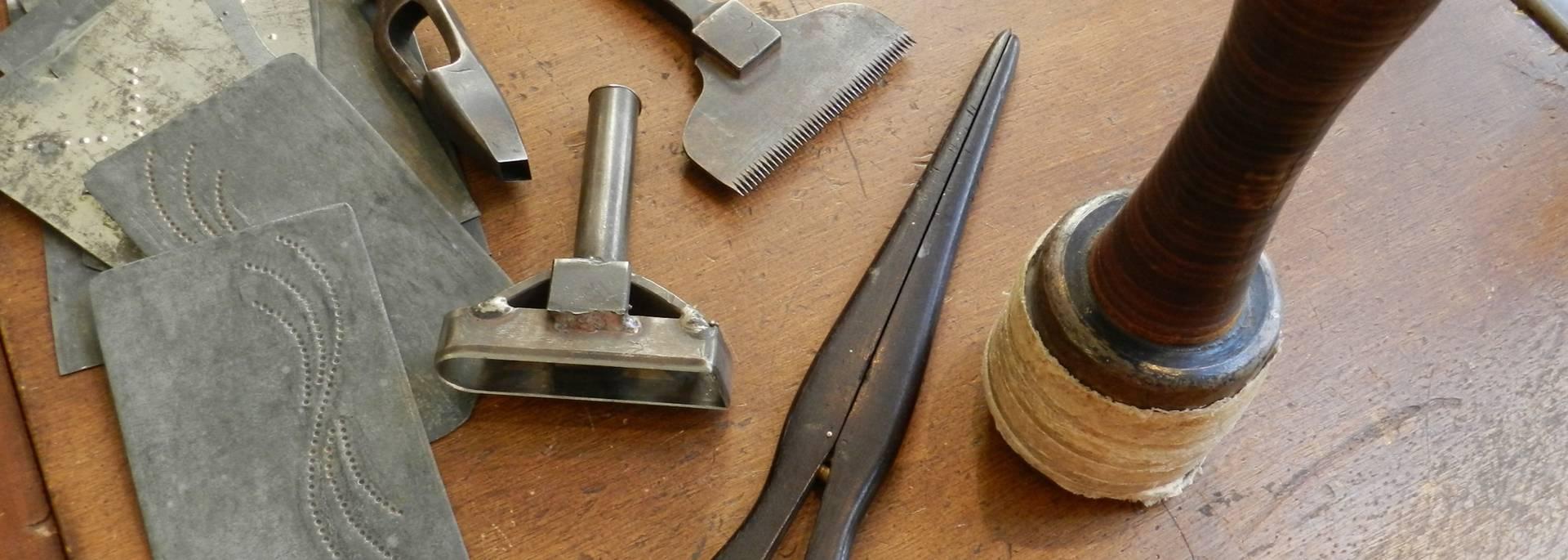 Les outils à travers l'histoire de la ganterie.