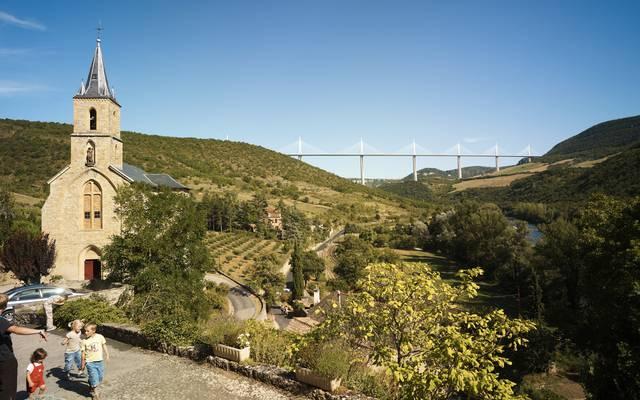 Passez au village de Peyre et au point de vue du Viaduc de Millau
