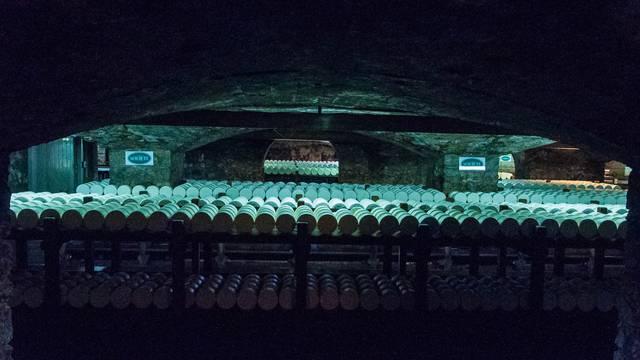 Dans la pénombre des caves de Roquefort