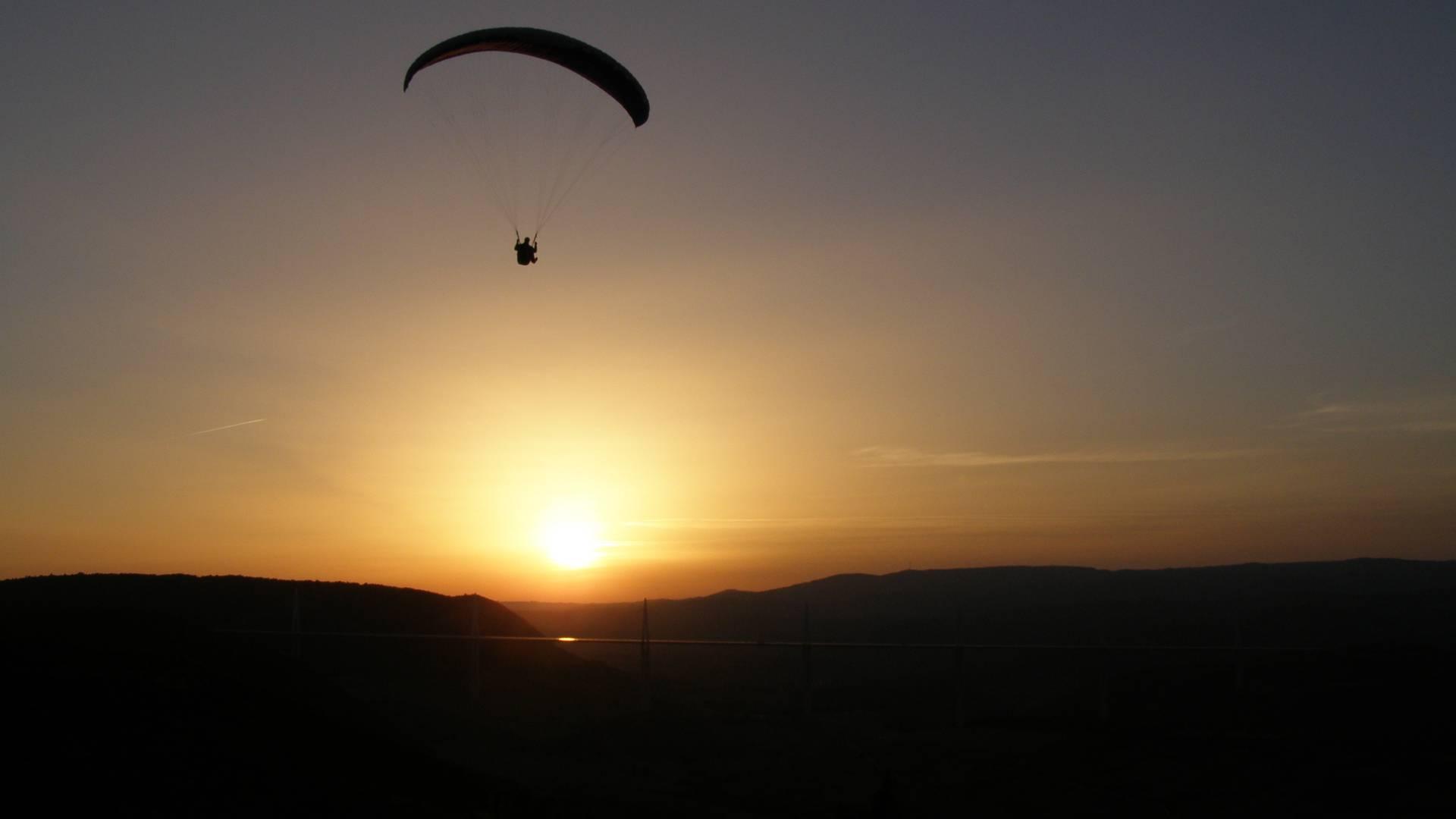 Coucher de soleil en parapente à Millau