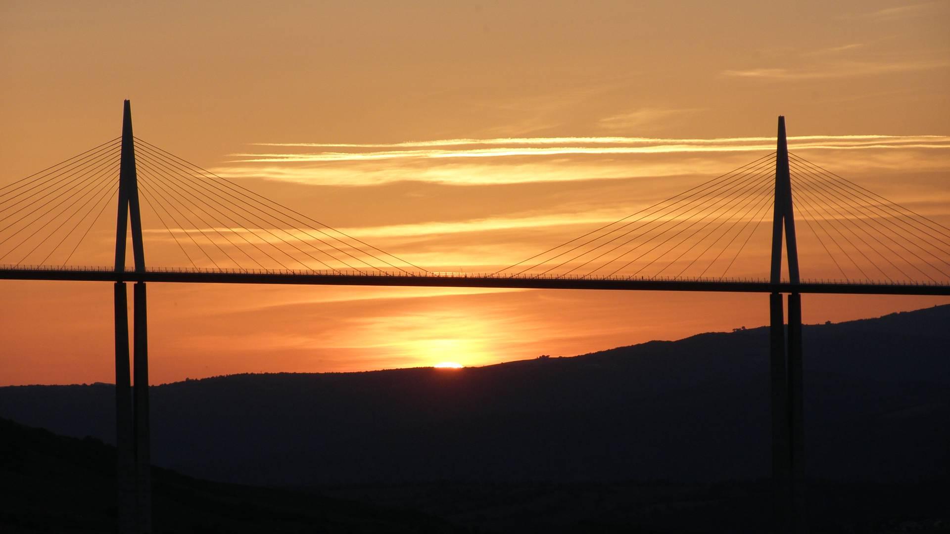 Coucher de soleil sur le viaduc de Millau
