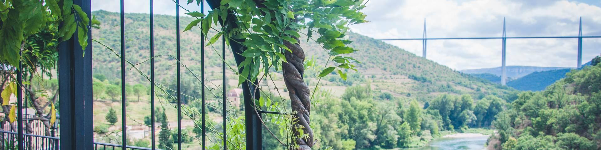 Vue du Viaduc de Millau lors d'une visite du Plus Beaux Villages de France,  Peyre