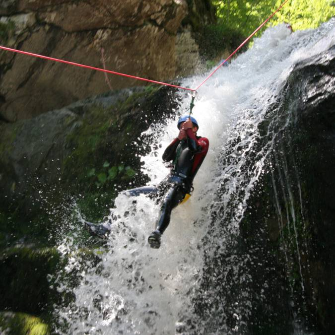 Sauts de + en + haut et tyrolienne vont vous régaler dans nos canyons.
