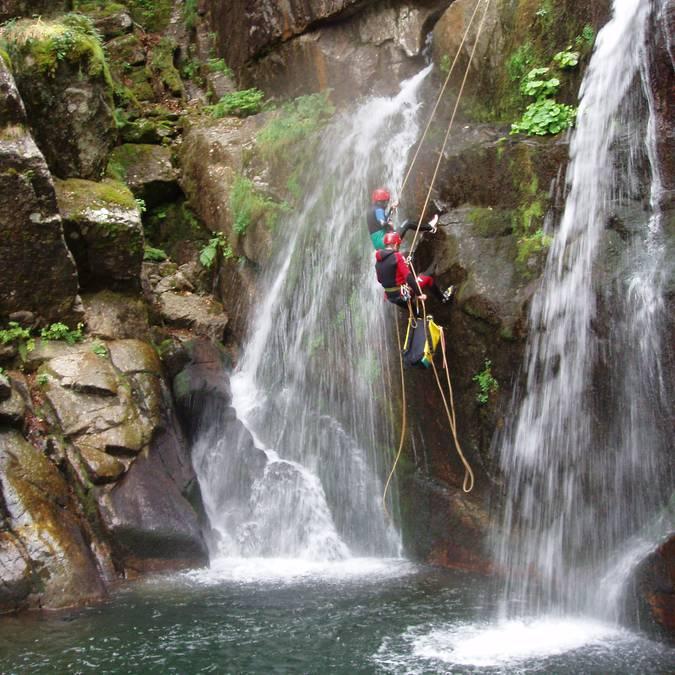 Encadré par des professionnels, le canyoning est l'activité idéale pour les sportifs.
