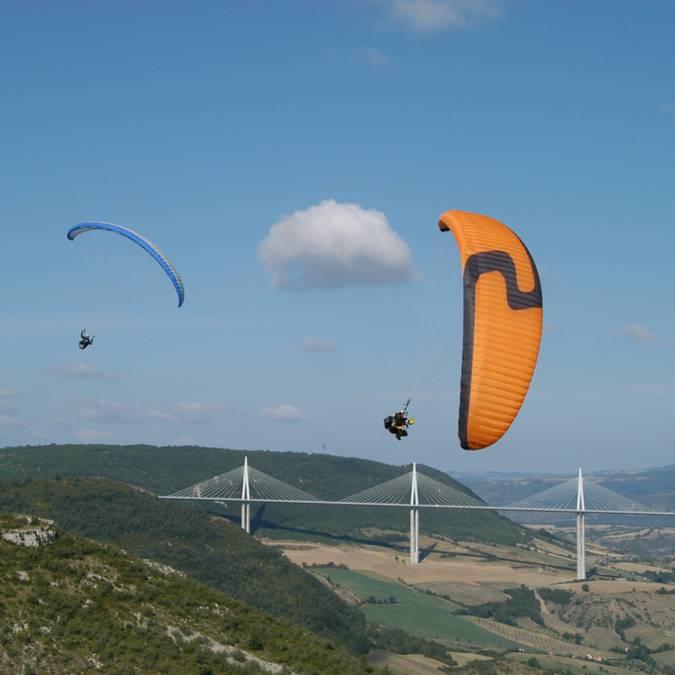 Vol en parapente au dessus du viaduc de Millau