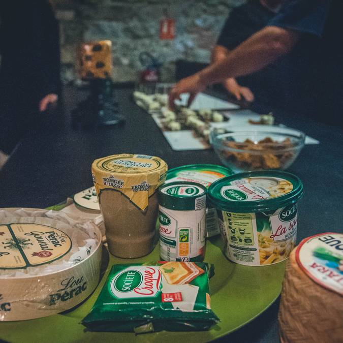 Préparation de la dégustation aux caves de Roquefort