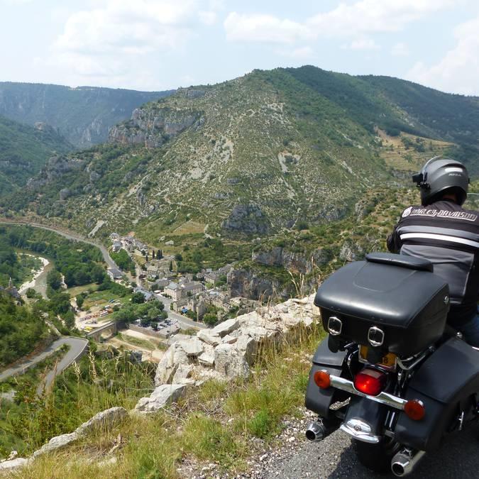 Routes sinueuses autour de Millau et à moto